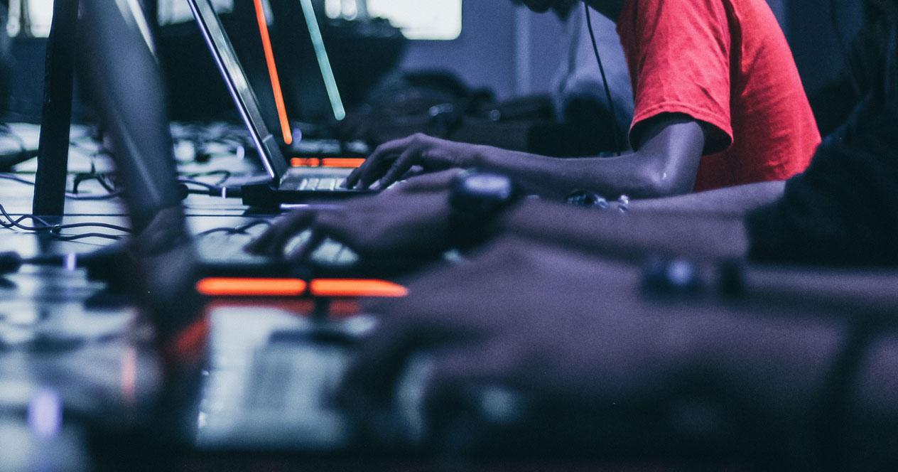 Varios ordenadores gaming en partida