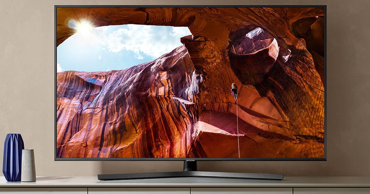 Samrt TV Samsung UE50RU7475 en pared