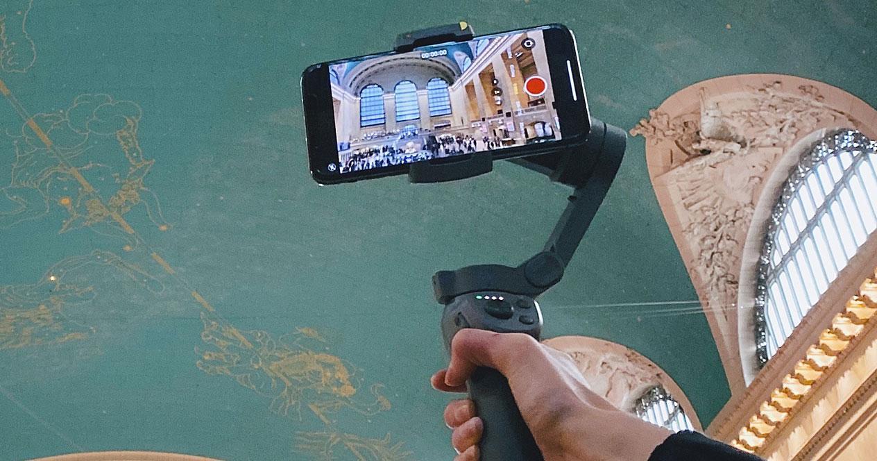 Imagen de gimbal para smartphone en uso