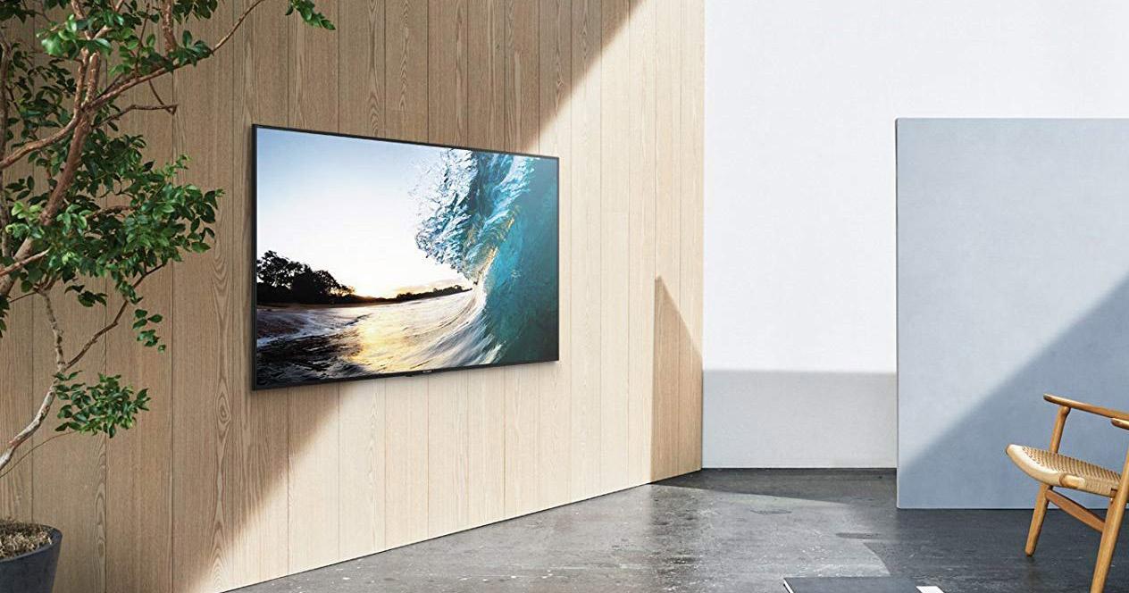 Smart TV Sony colgada en la pared