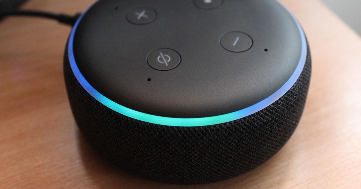 Altavoz inteligente Echo Dot de color negro