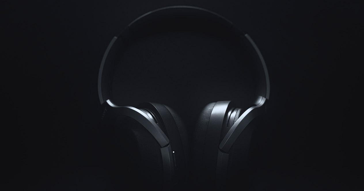 Auriculares diadema con fondo negro