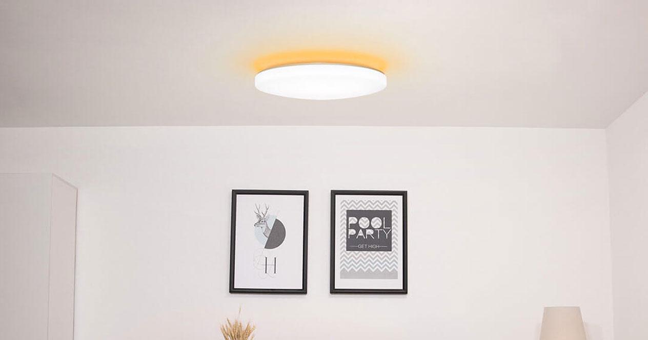 Uso en el salón de la lámpara inteligente Xiaomi Yeelight JIAOYUE