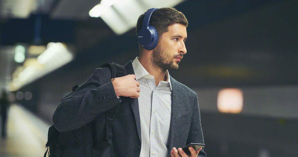 Hombre utilizando unos auriculares Sony