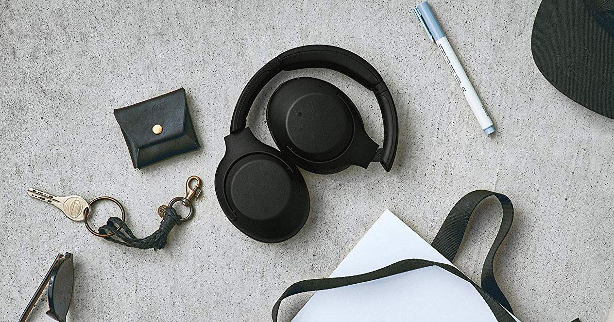 Auriculares Sony WH-XB900N con fondo de piedra