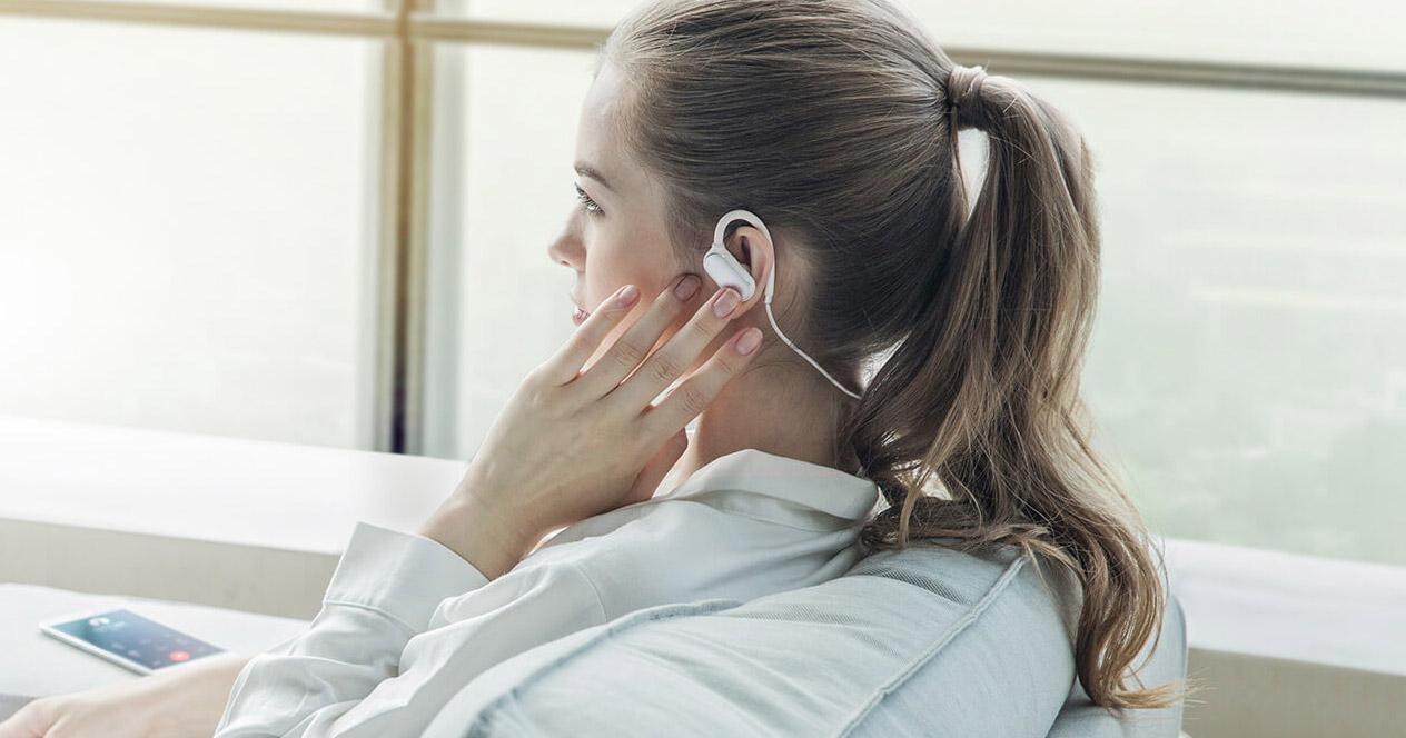 Mujer utilizando los Xiaomi Sports Bluetooth
