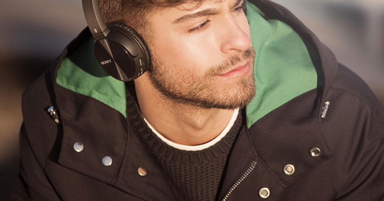 Uso de los auriculares Sony MDR-ZX330BT por un chico