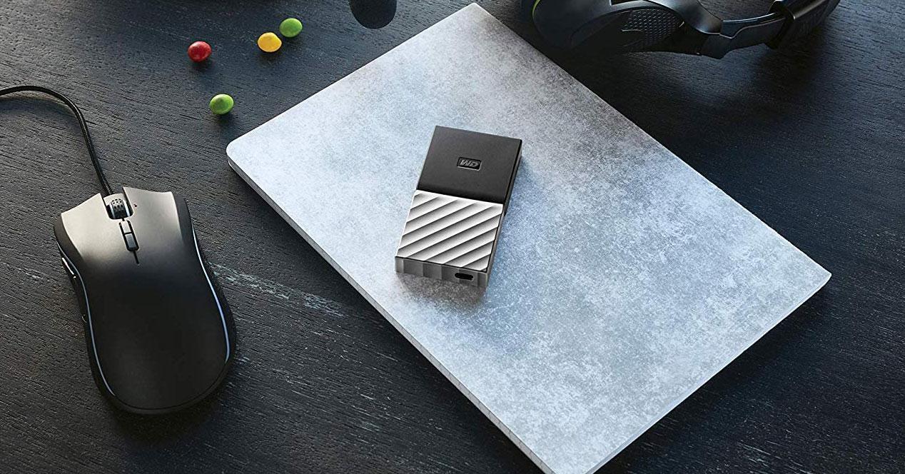Disco externo SSD encima de un portátil