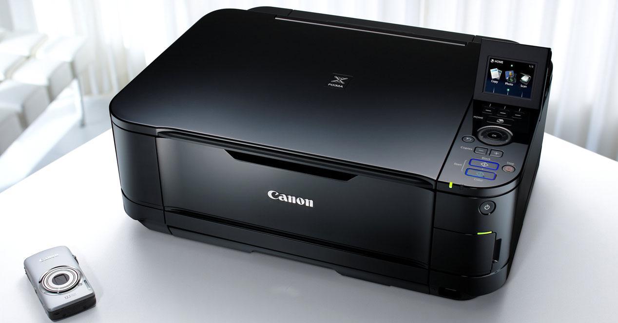Impresora Canon encima de una mesa