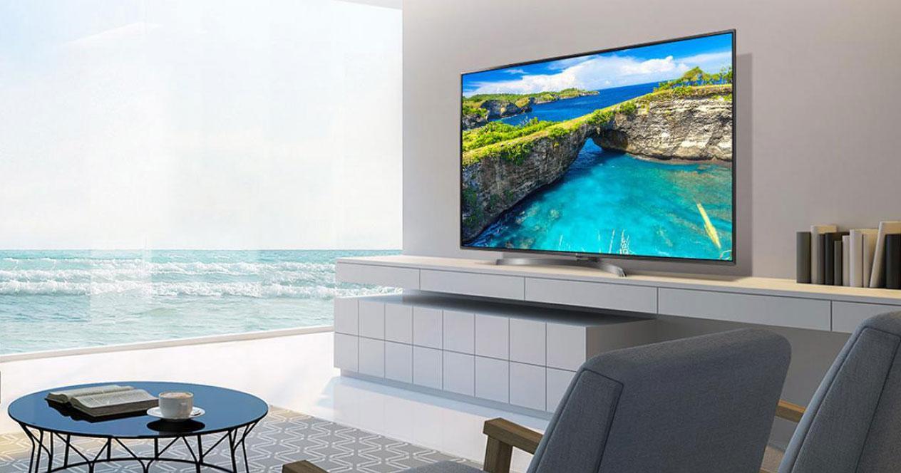 Uso en el salón de una Smart TV con mueble