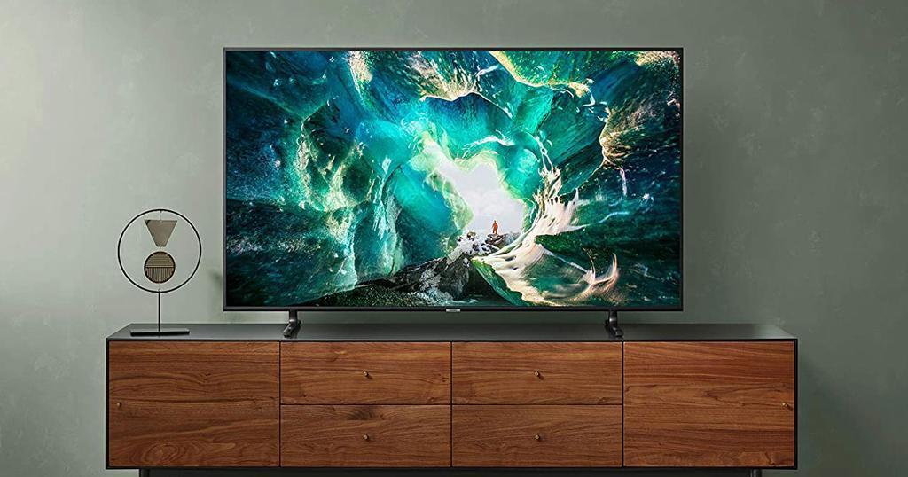 Smart TV Samsung UE55RU8005 en una mesa