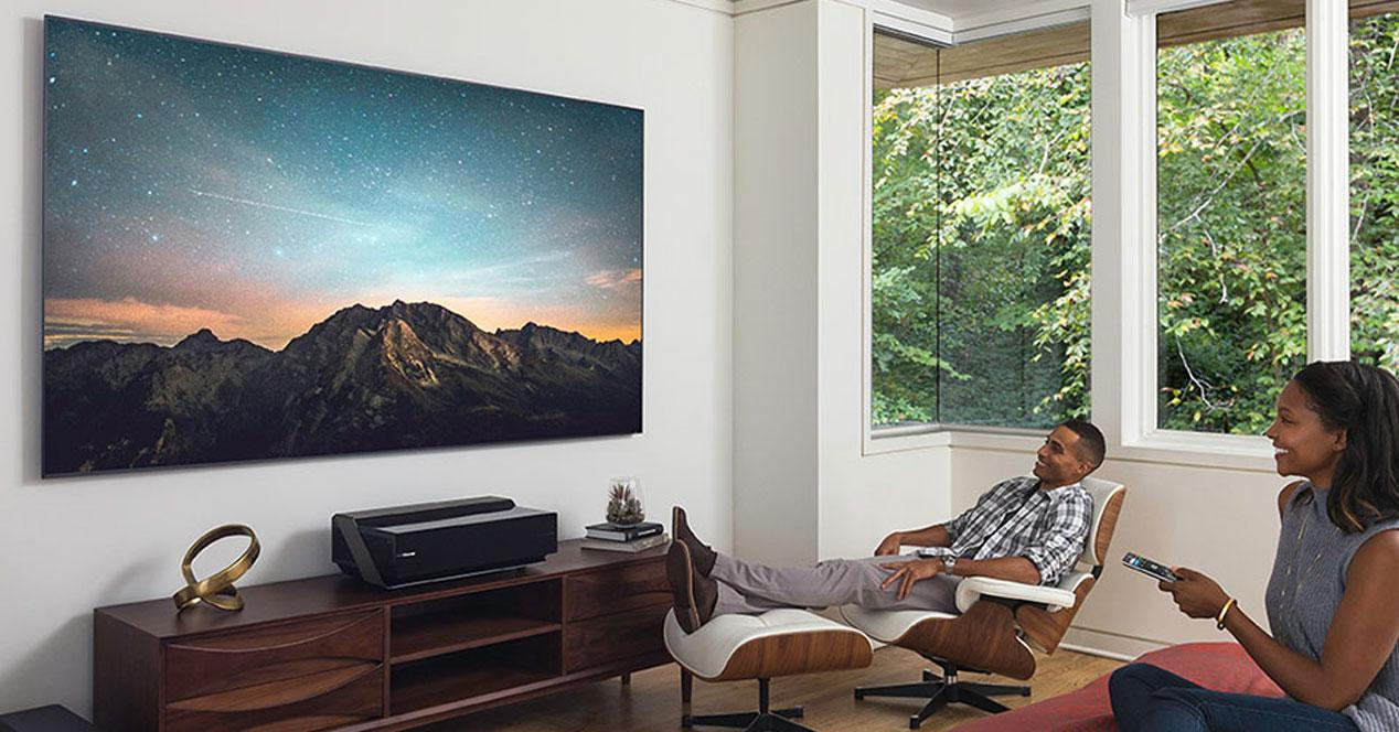 Uso de una Smart TV el la pared