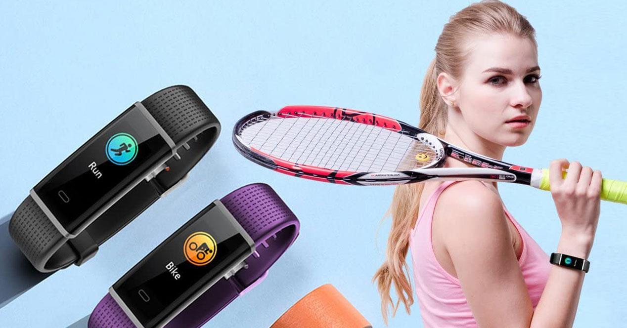 Chica con raqueta y smartband con pantalla