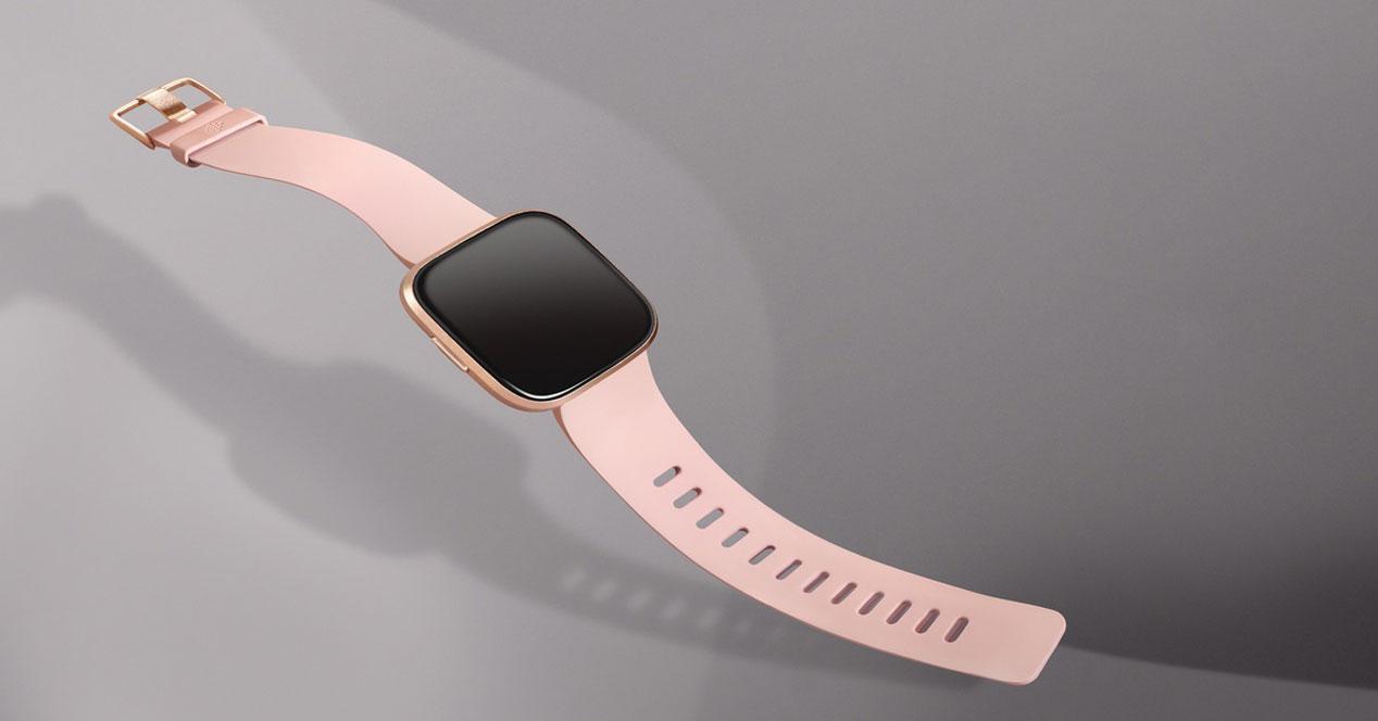Smartwatch Fitbit Versa con fondo gris