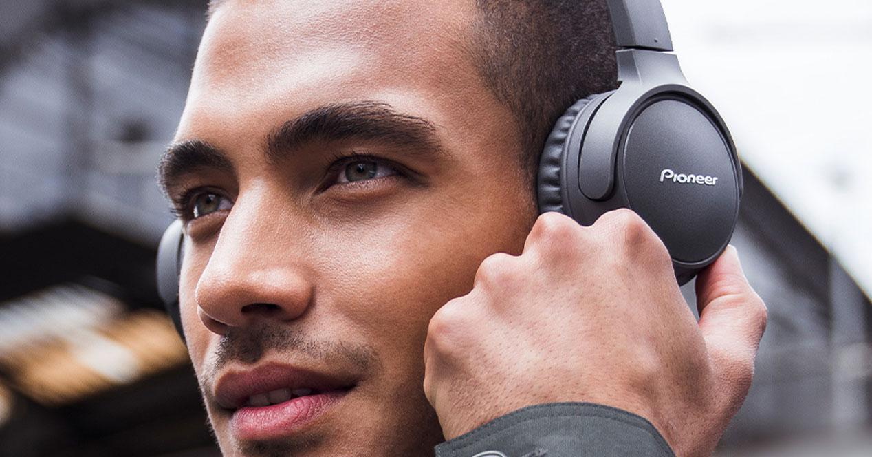 Uso de los auriculares Pioneer SE-MJ553BT-W