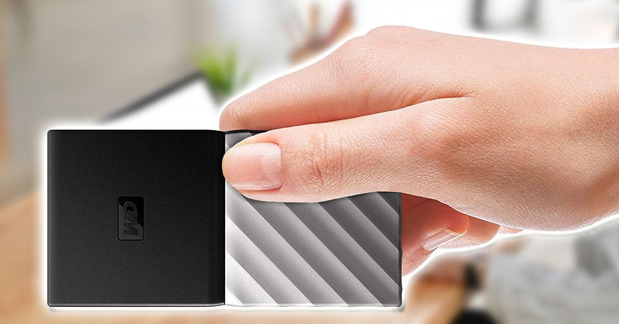 Disco externo Western Digital en la mano