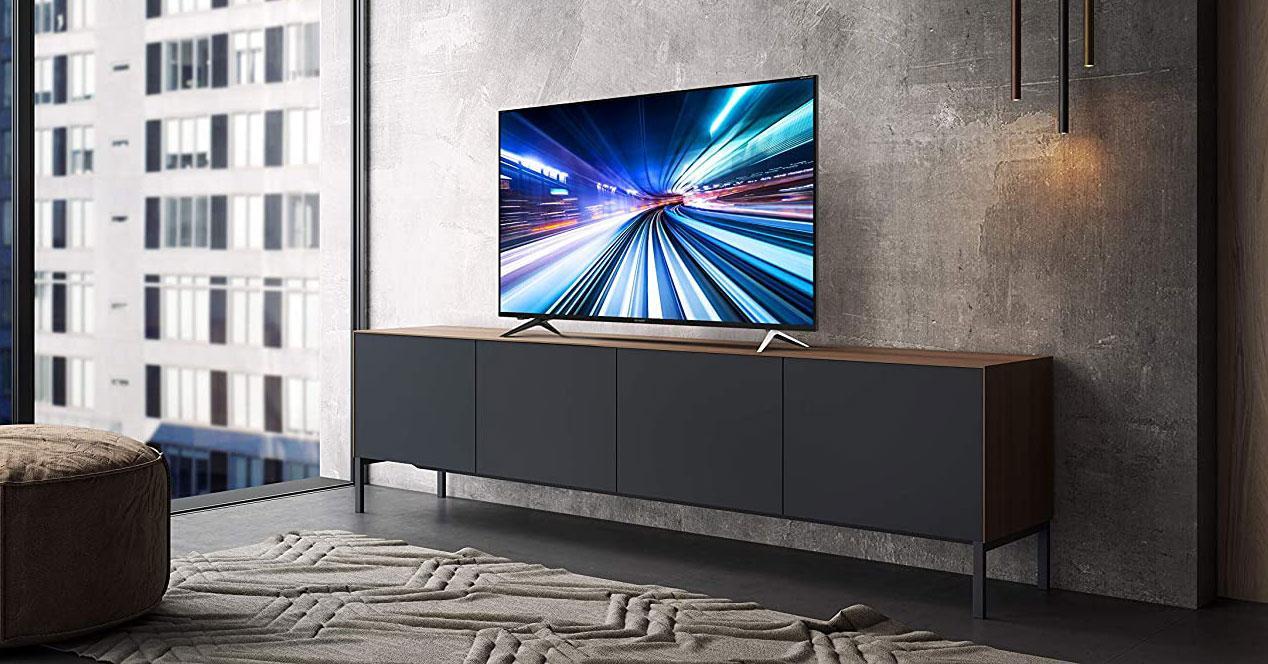 Smart TV en la mesa del salón