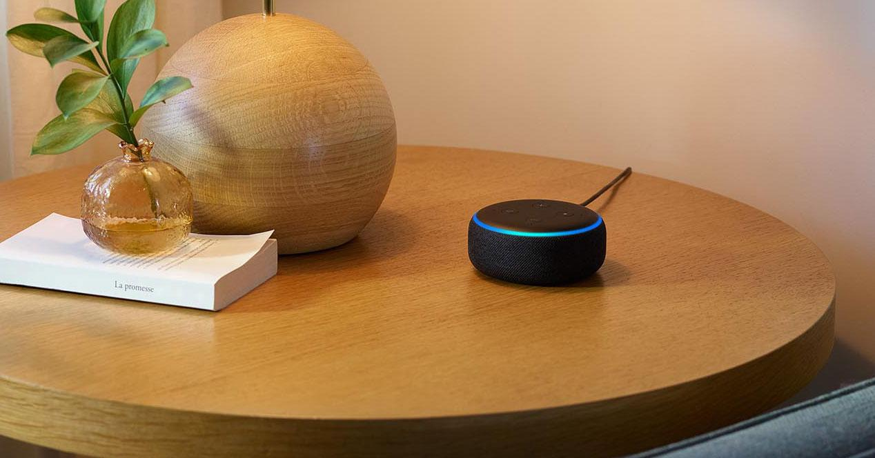 Altavoz Echo Dot encima de una mesa