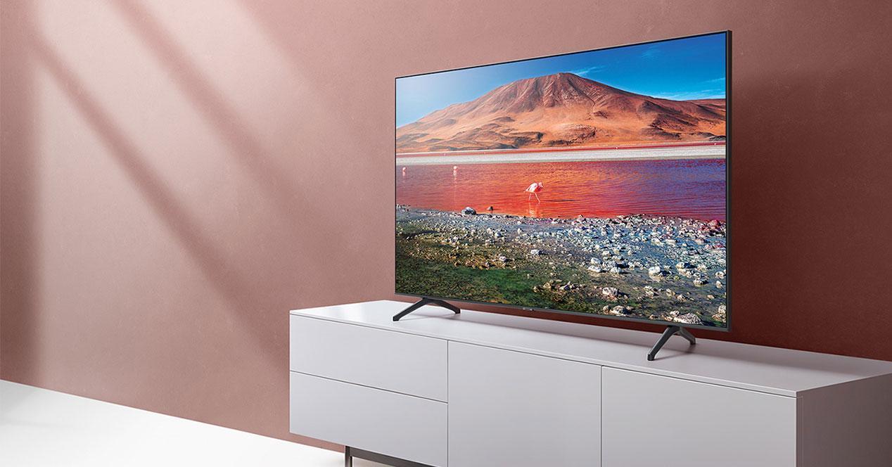 Smart TV Samsung UE43TU7072 colocada en un mueble