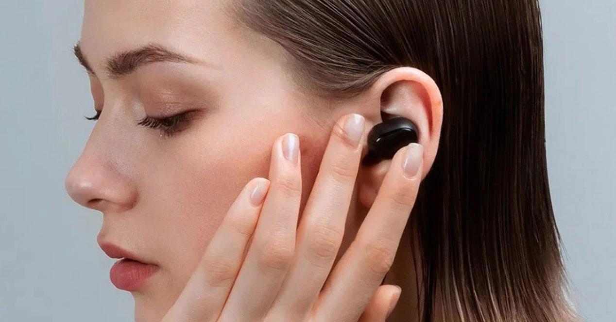 Uso de los auriculares Xiaomi Redmi AirDots S por una chica
