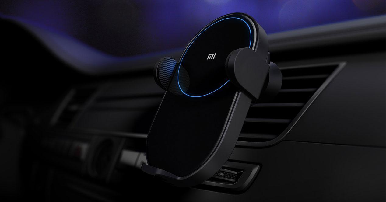 cargadorXiaomi Wireless Car Charger en uso dentro de un coche