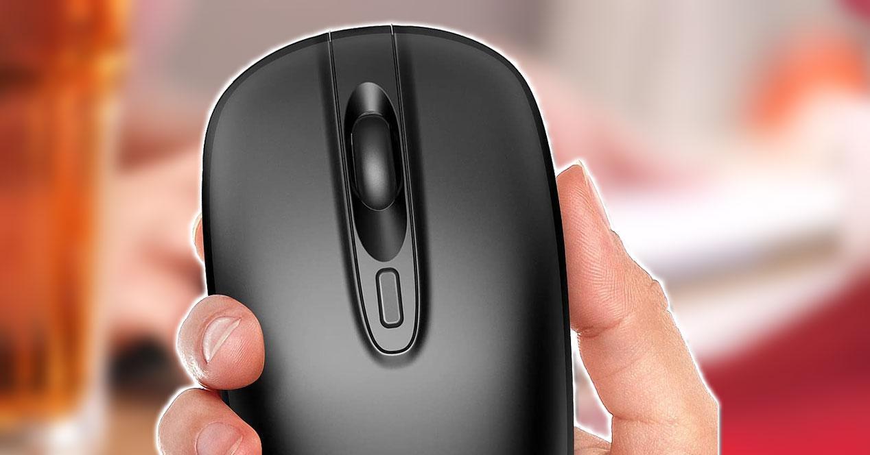 Ratón en la mano con fondo rojo