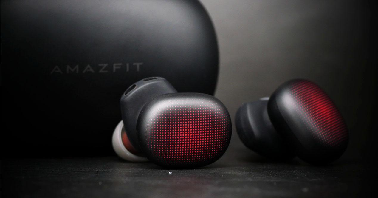 Auriculares Amazfit PowerBuds con fondo negro