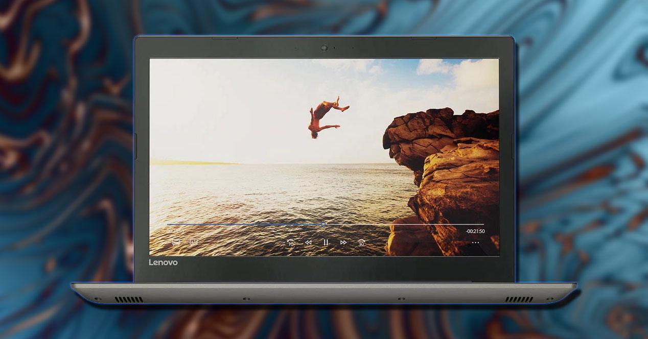 Portátil Lenovo IdeaPad 520 con fondo azul