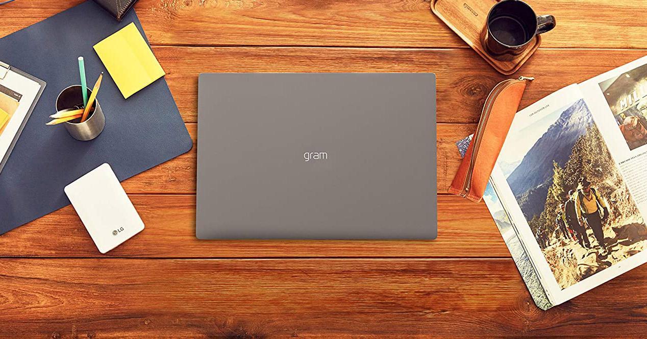 Portátil LG Gram en una mesa