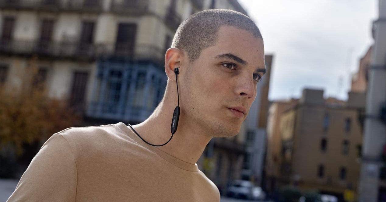 Chico con auriculares Sennheiser CX 350BT