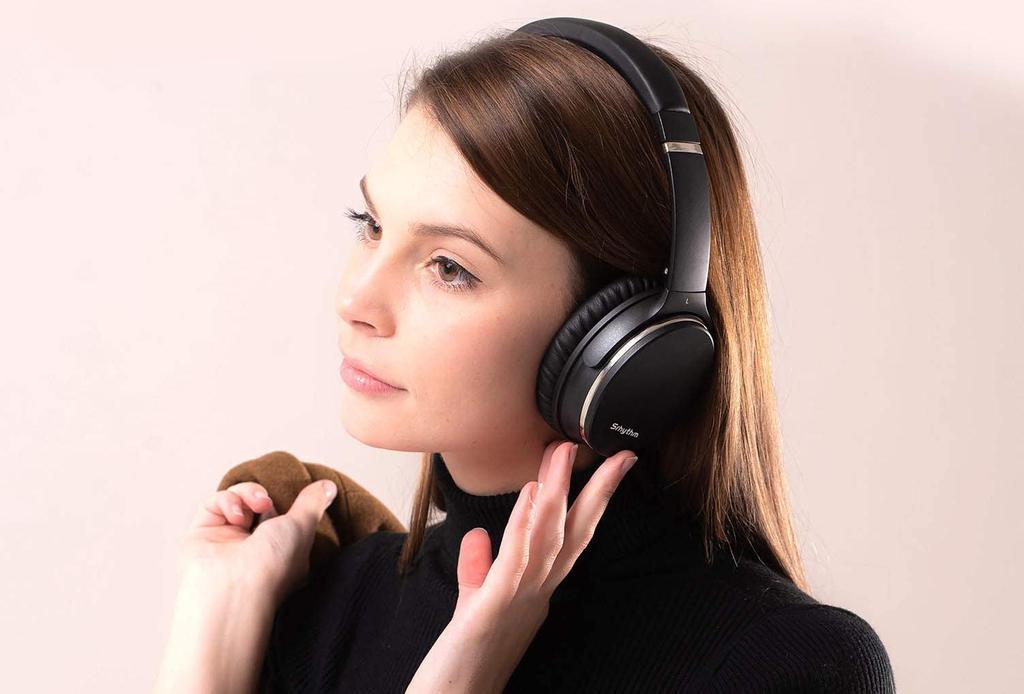 Chica utilizando auriculares NFC