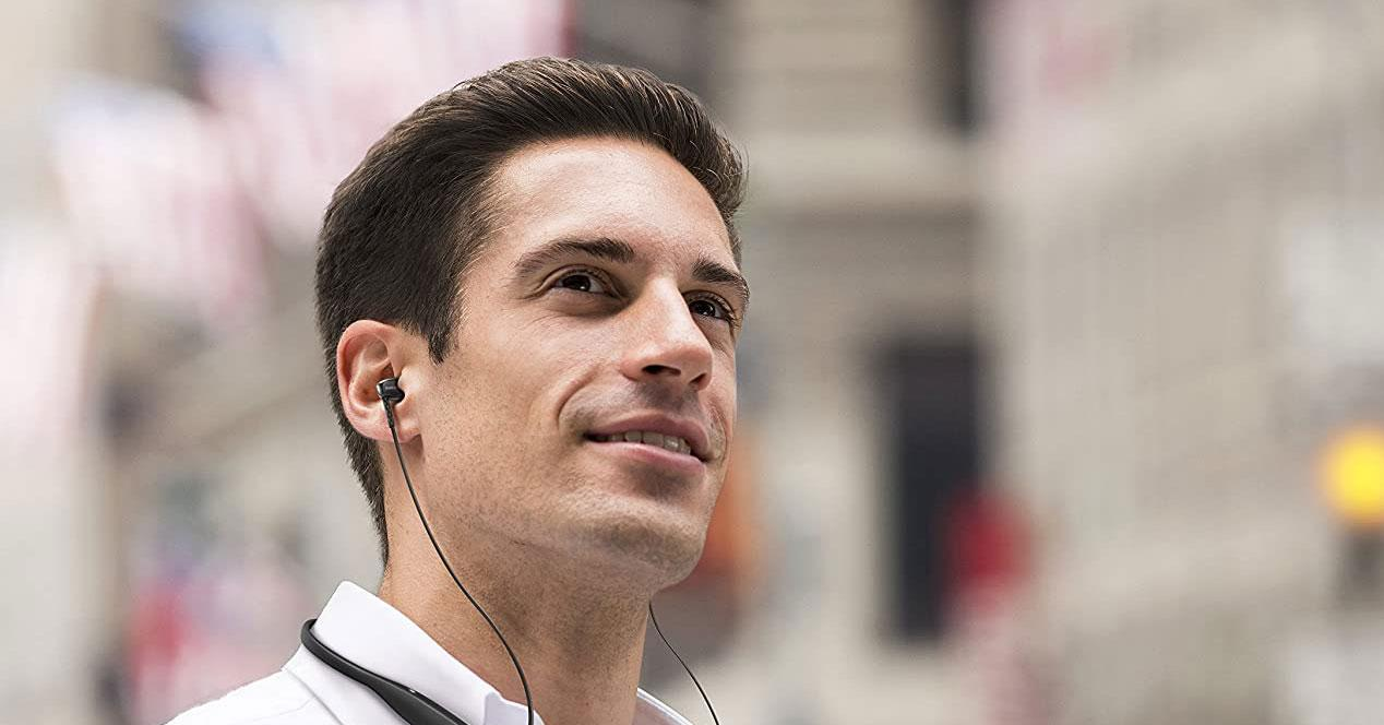 Uso de auriculares de cuello