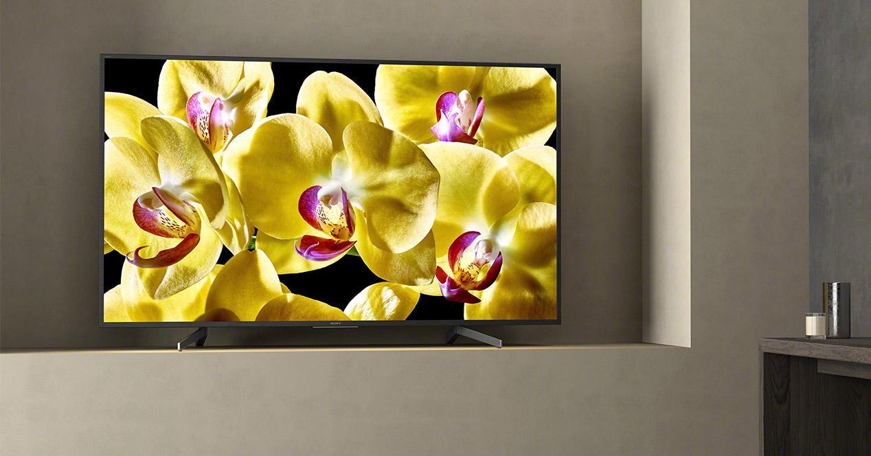 Smart TV Sony KD65XG8096BAEP en mesa de salón