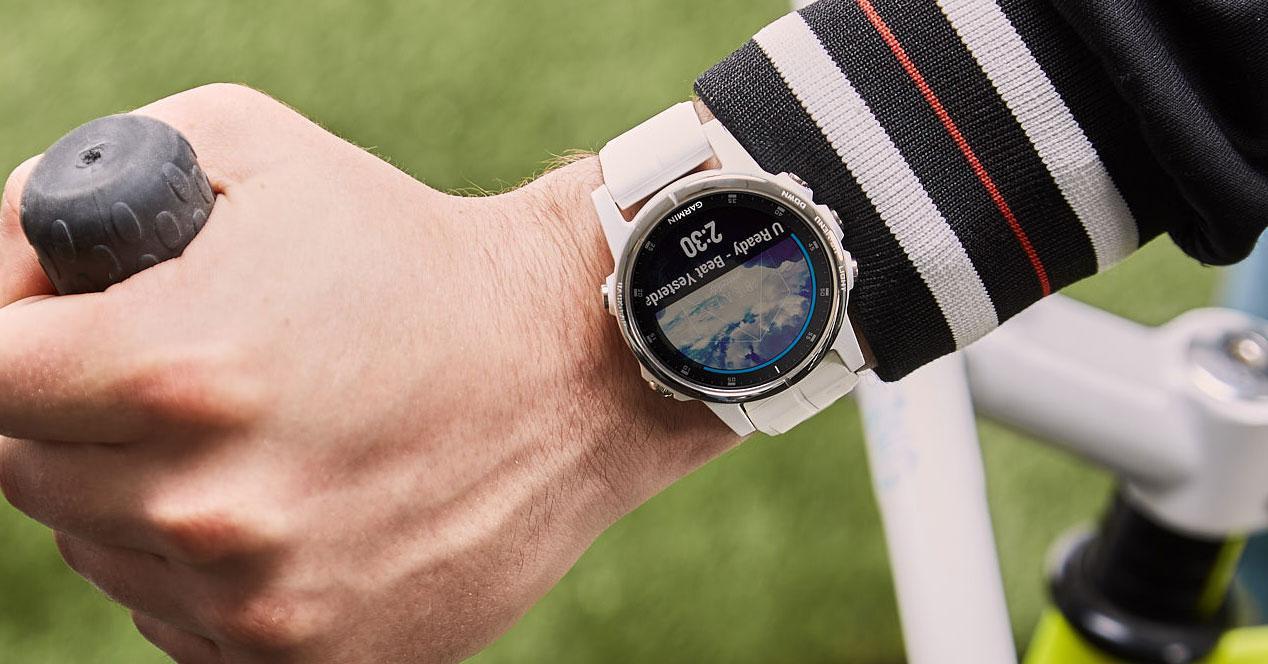 Uso del smartwatch Garmin Fénix 5S Plus de color blanco