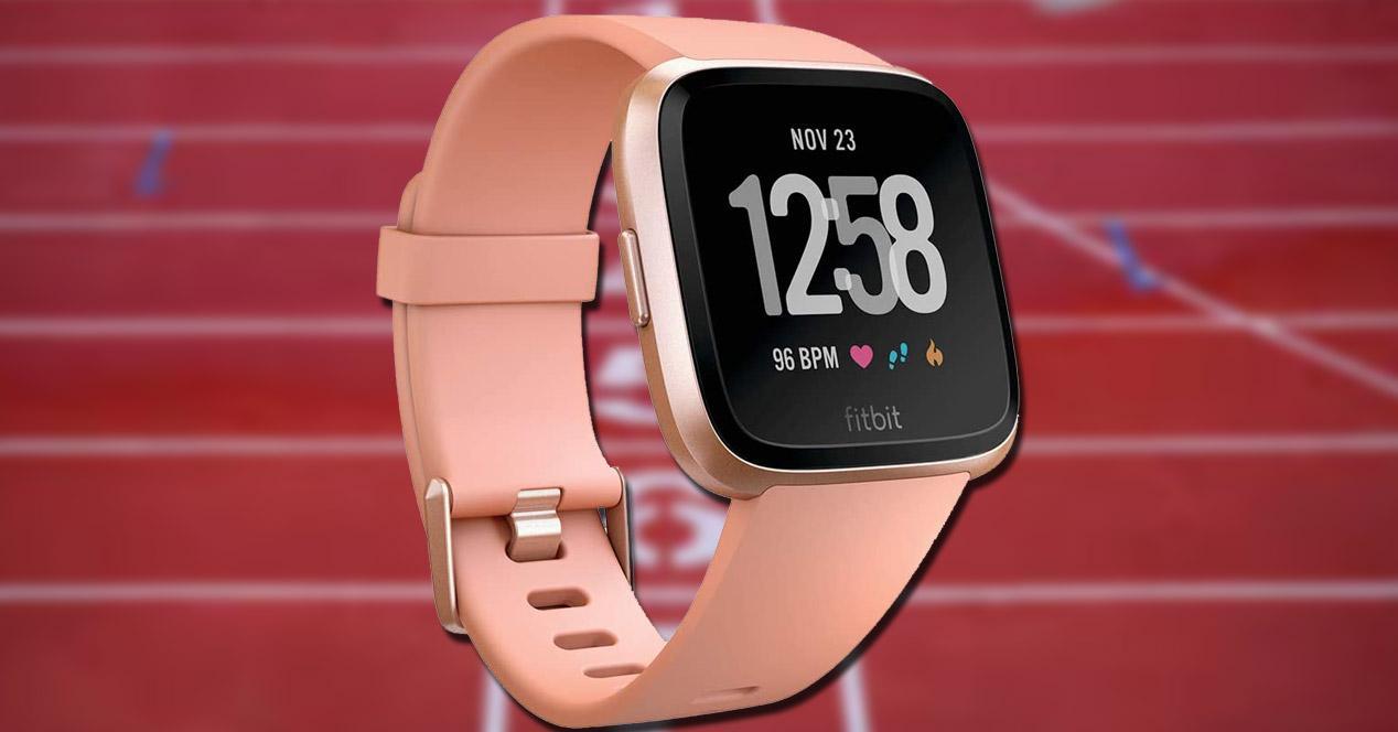 Smartwatch Fitbit Versa con fondo deporte