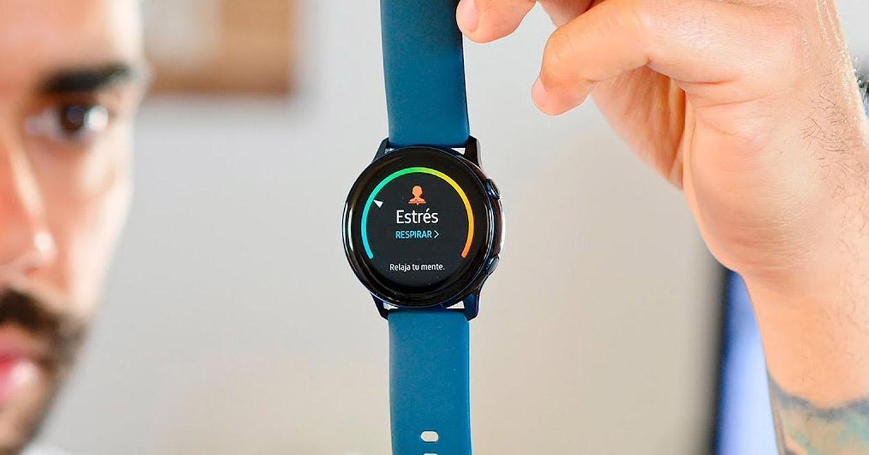 Smartwatch Samsung en oferta en la mano
