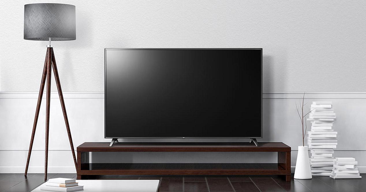 Smart TV LG en una mesa