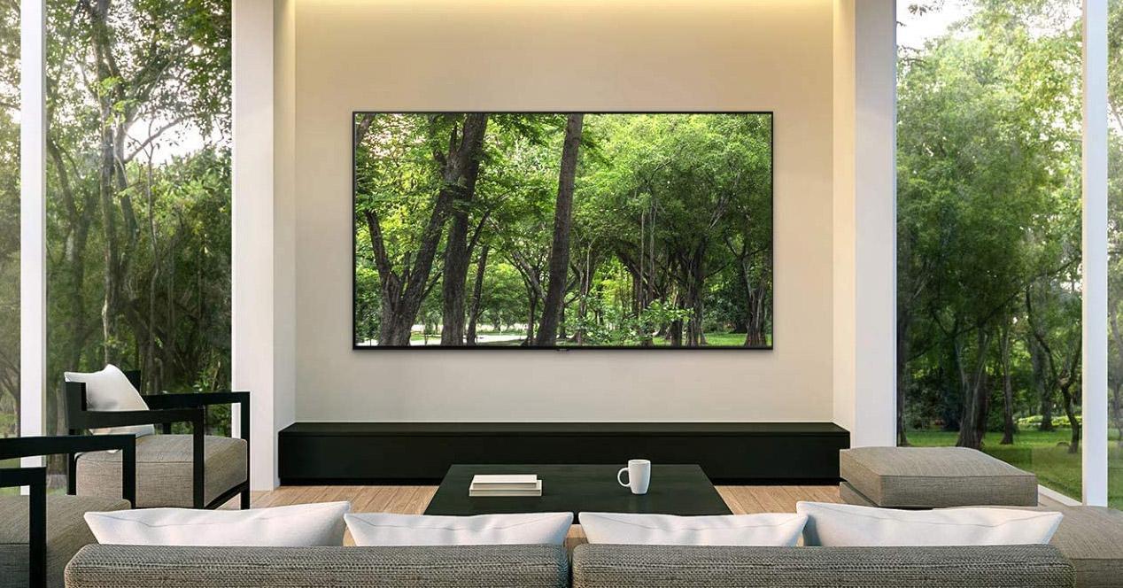 Smart TV Samsung 55Q80R colgada en el salón