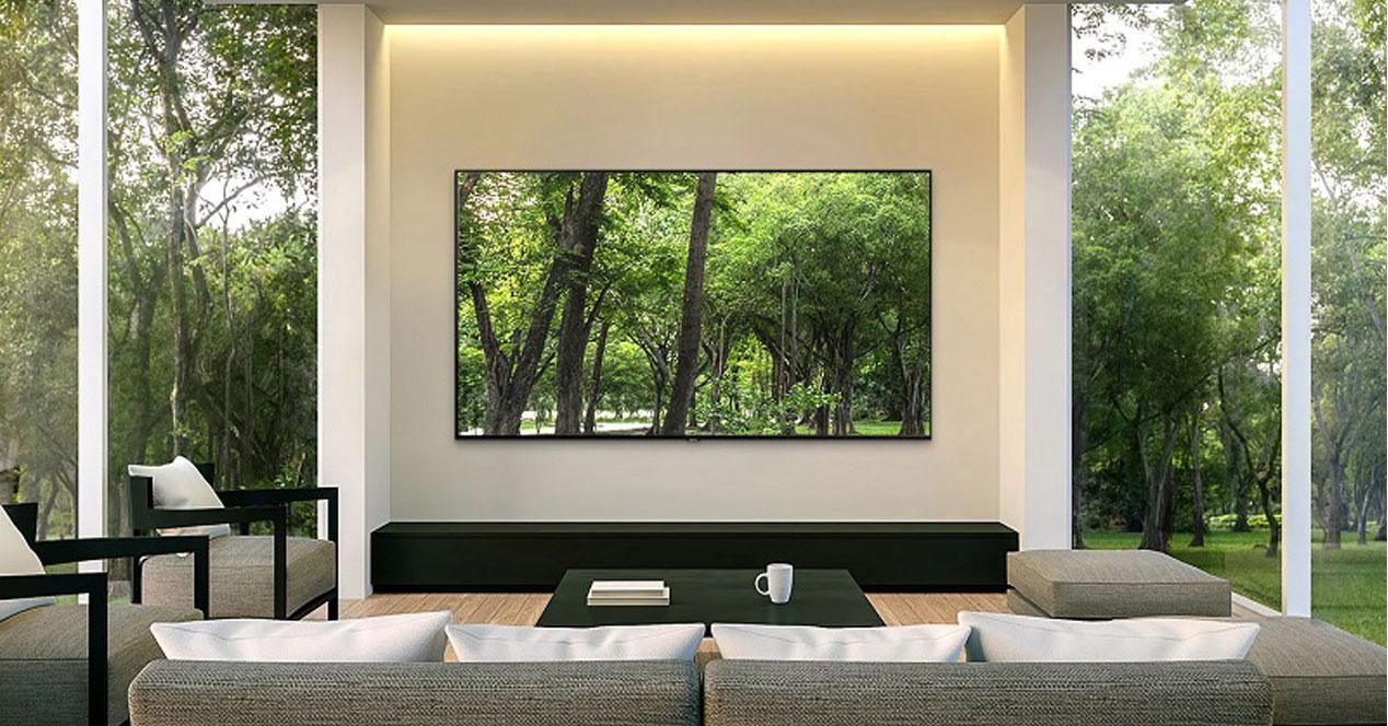 Smart TV Samsung 49Q70R colgada en el salón
