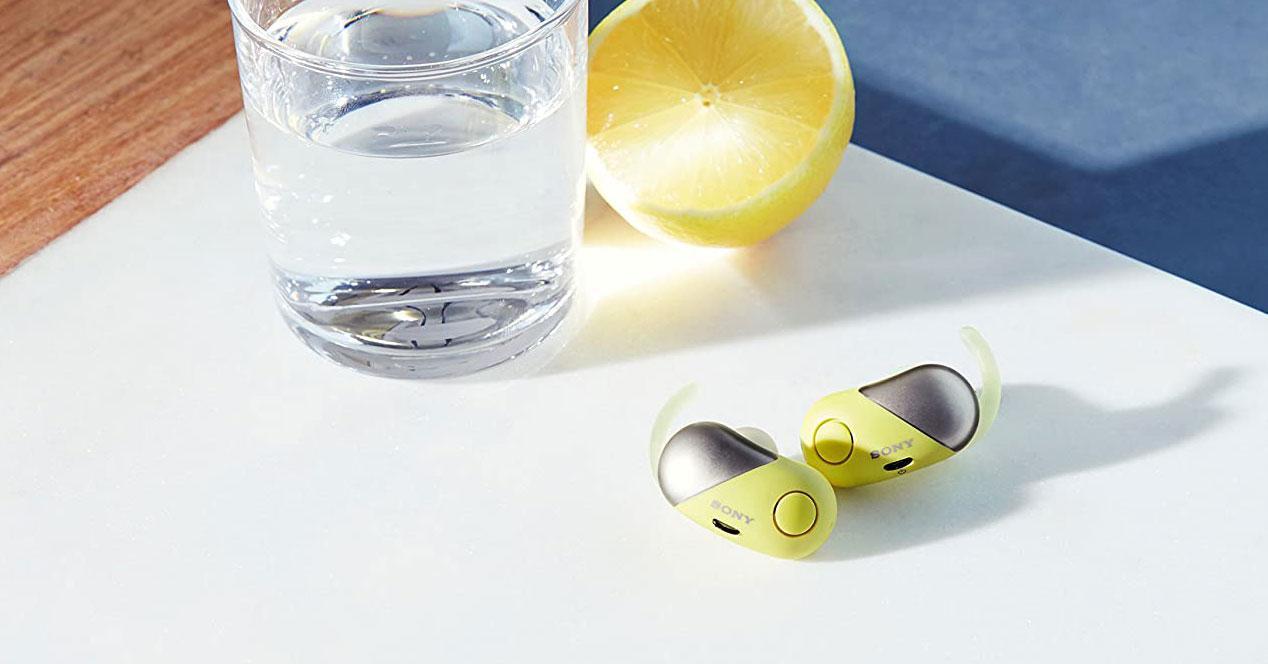Auriculares Sony WFSP700NY.CE7 en una mesa