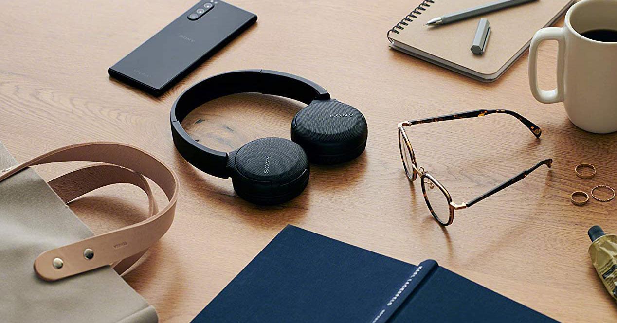 Auriculares Sony WH-CH510 en una mesa