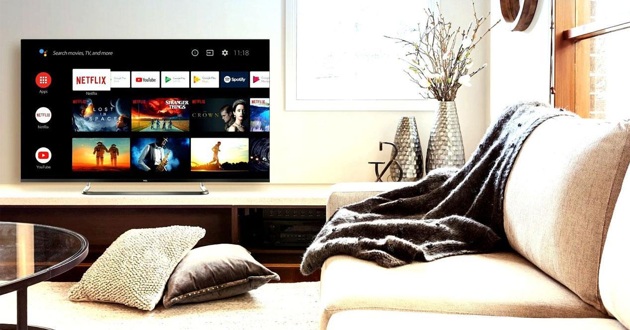 Smart TV TCL 55EP680 en una salón