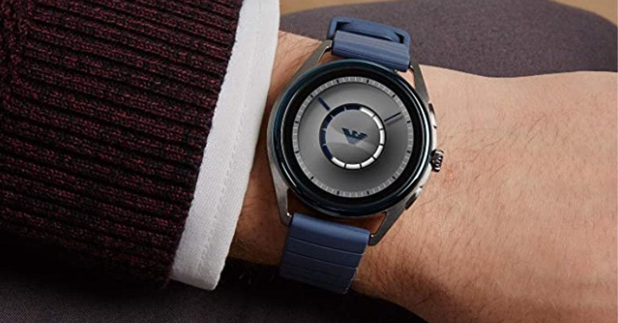 smartwatch armani en la muñeca