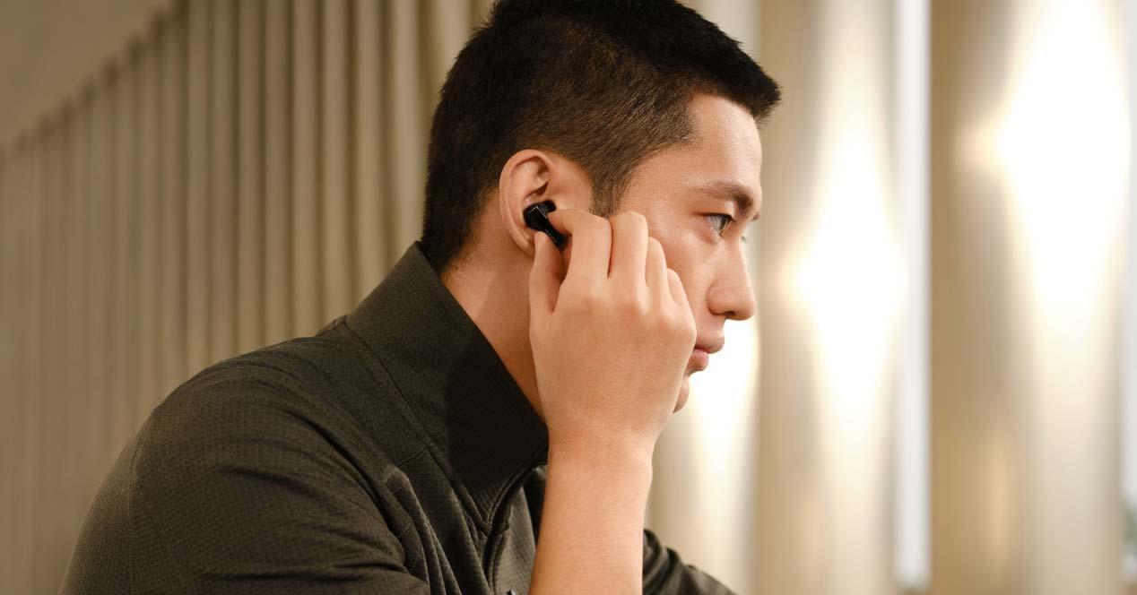 Chico utilizando los Huawei FreeBuds Pro