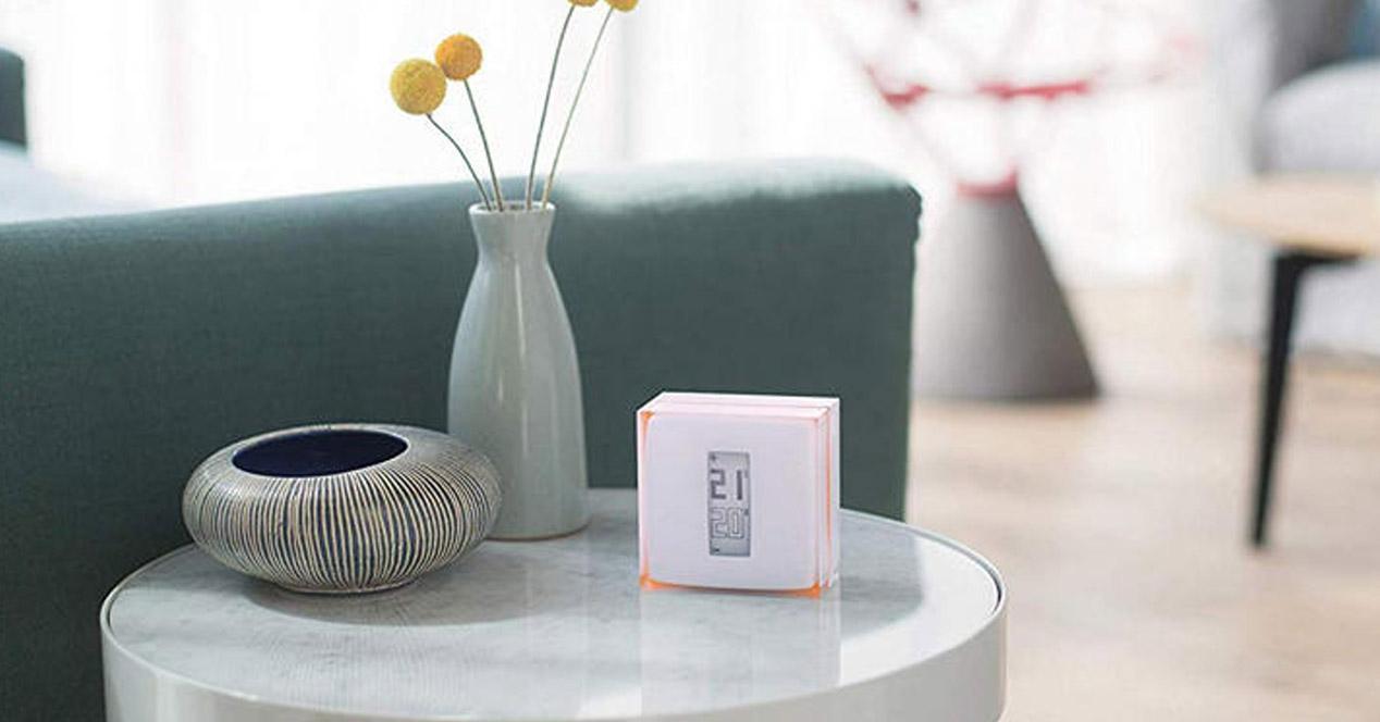 termostato inteligente en la mesa