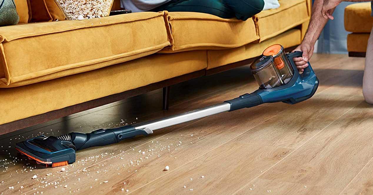 aspirador vertical philips limpieza bajo sofá