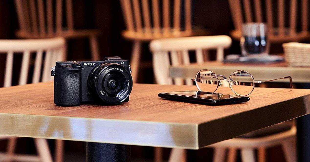 cámara Sony en una mesa