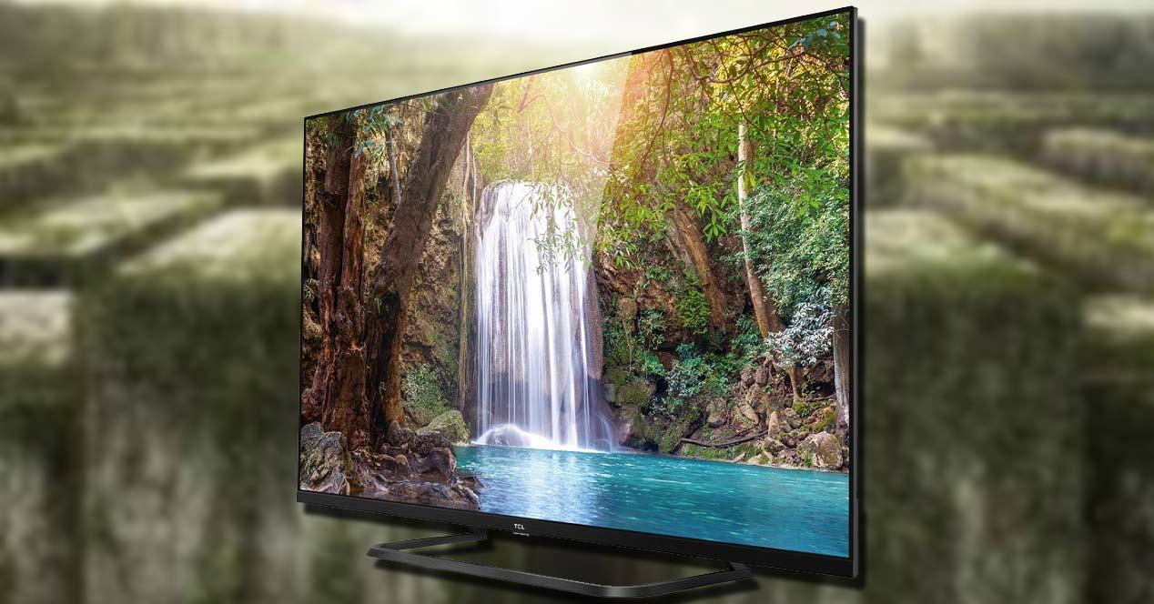 Smart TV TCL 65EP680 con fondo