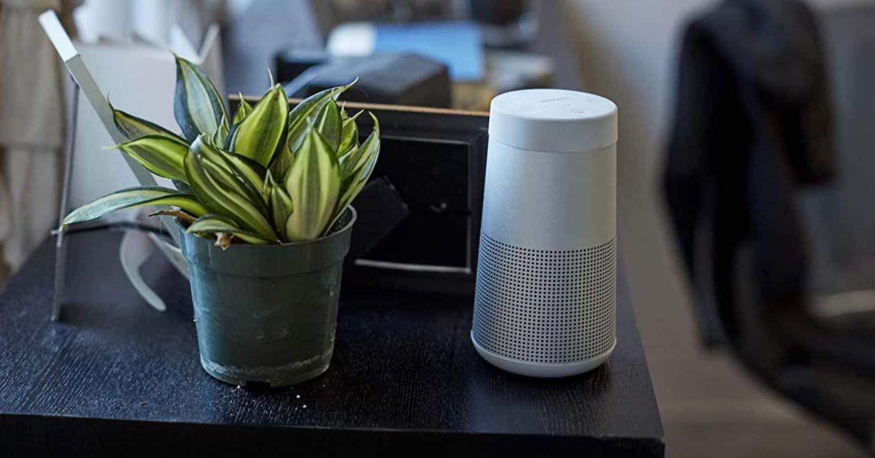 Altavoz Bose SoundLink Revolve en una mesa
