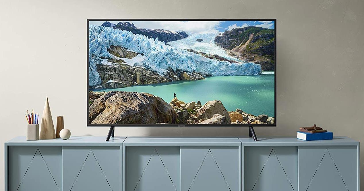 Smart TV Samsung 55TU8005 en el salón